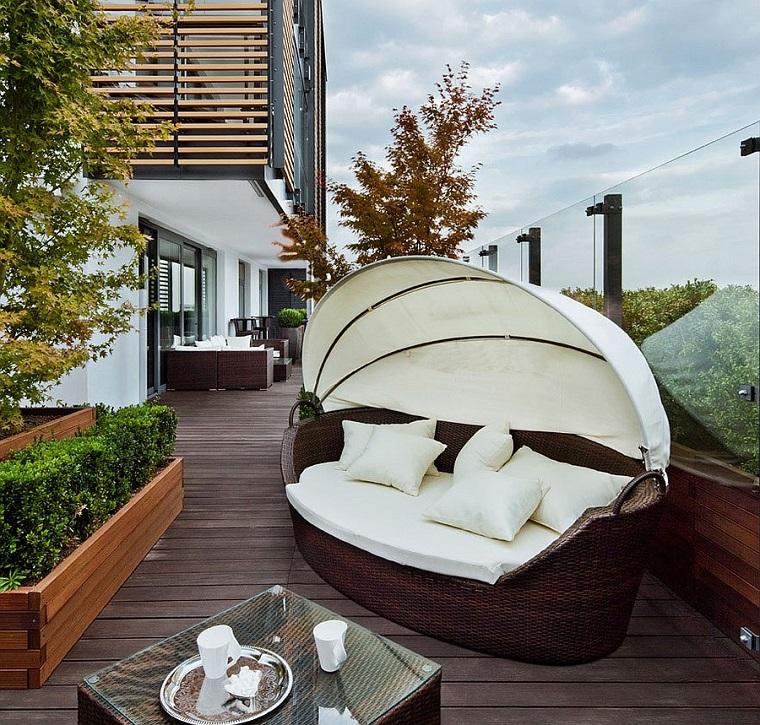 arredare il terrazzo-divanetto-originale-rattan
