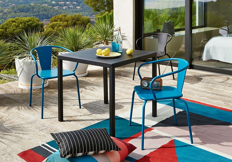 arredare il terrazzo-sedie-blu-alluminio