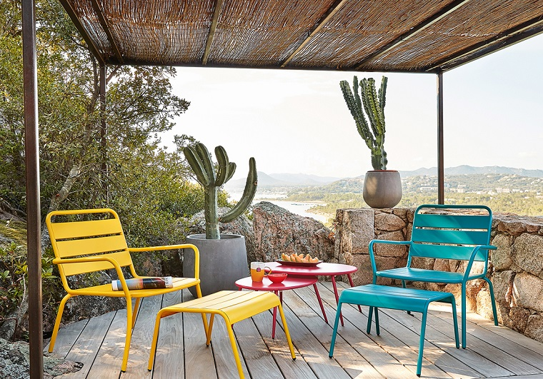 arredare il terrazzo-tavolo-sedie-colorate