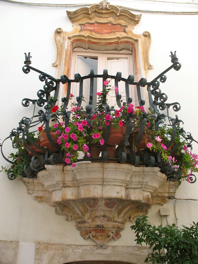 balconi fioriti-composizione-graziosa
