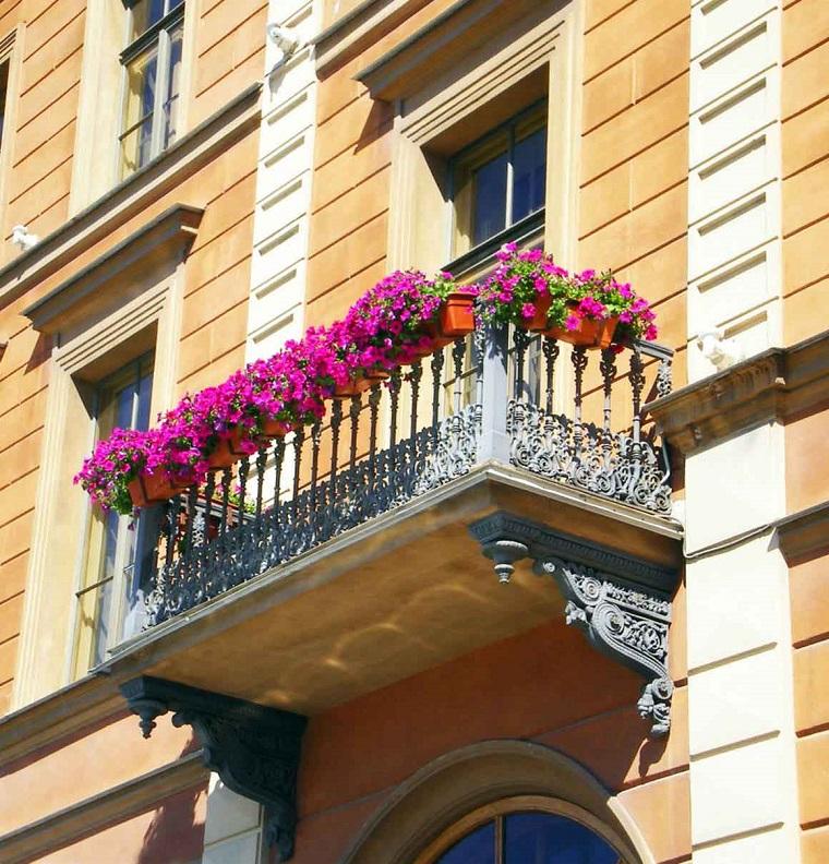 balconi fioriti-decorazione-mono-colore