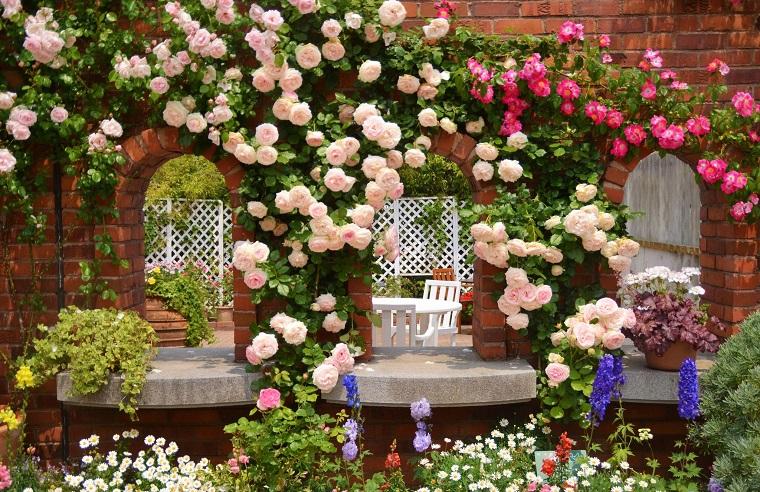 balconi-fioriti-rose-rampicanti