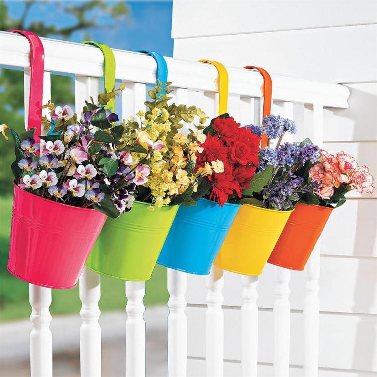 balconi fioriti-vasi-latta-colorata