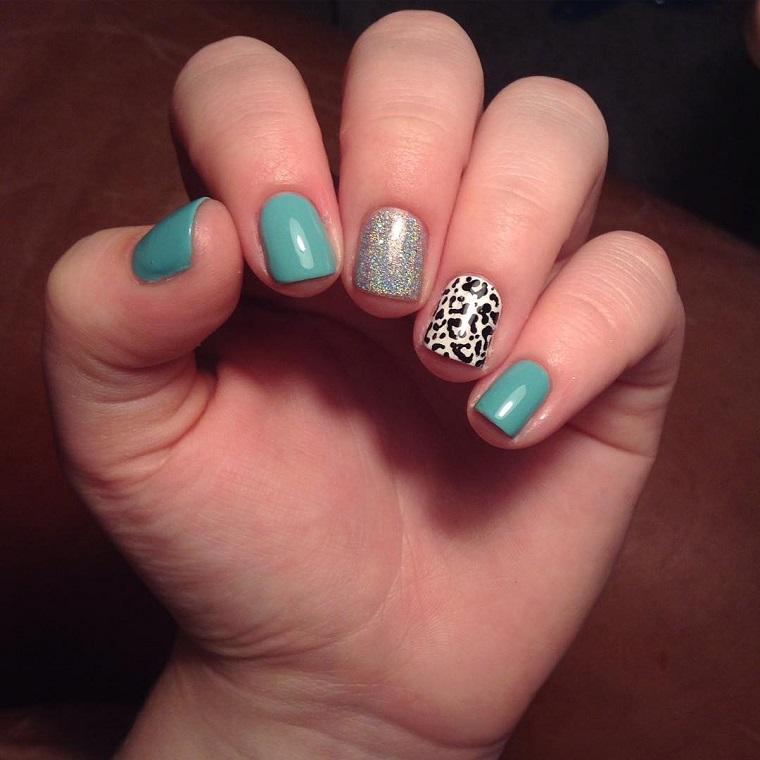 colori-unghie-azzurre-anulare-medio-decorati