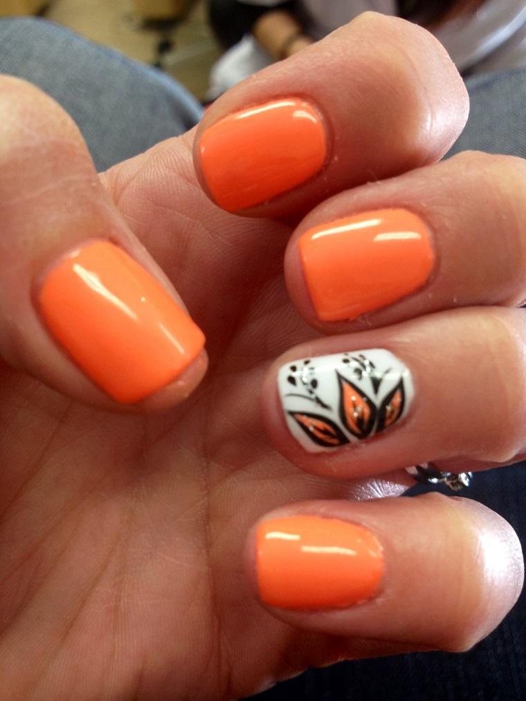 colori-unghie-idea-arancio-anulare-decorato