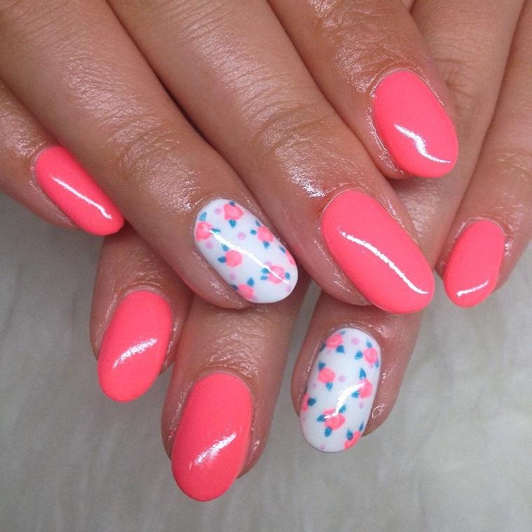 colori-unghie-smalto-rosa-anulare-bianco-decorato