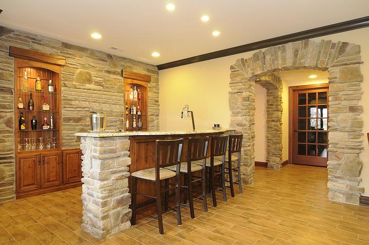 come-arredare-una-taverna-pareti-pietra