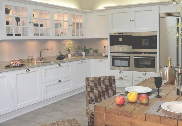 cucine-ad-angolo-moderne-mobili-bianchi-tavolo-legno