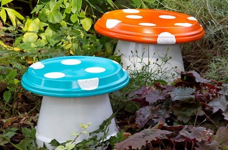 idee-giardino-fai-da-te-funghetti-colorati