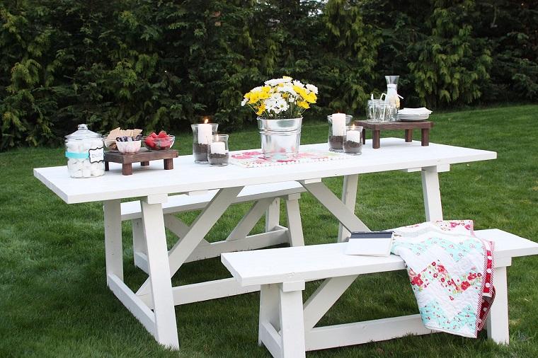 idee-giardino-fai-da-te-panchine-tavolo-bianchi