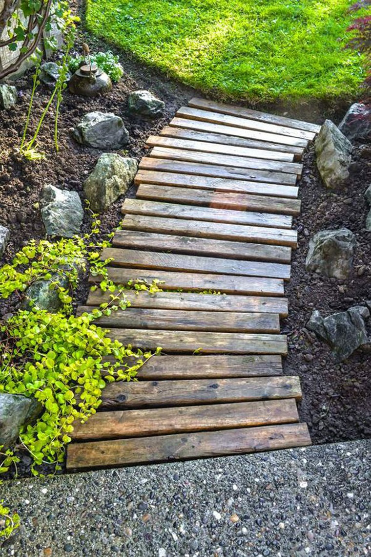 idee-giardino-fai-da-te-vialetto-legno