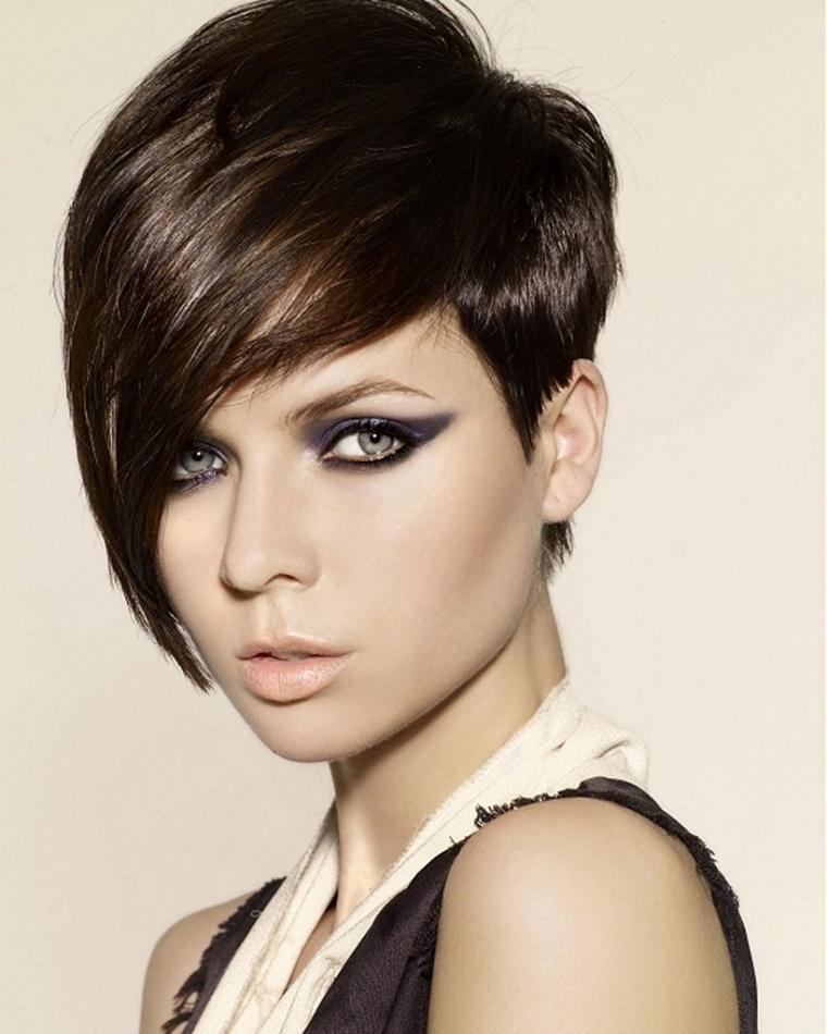 tagli-capelli-corti-ciuffo-lato-lungo