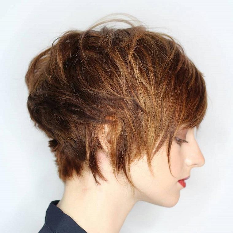 taglio-corto-donna-ciuffi-piu-lunghi