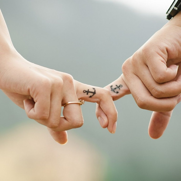 tatuaggio ancora-dita-idea-coppia