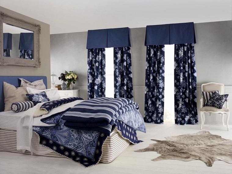 tende-da-camera-da-letto-fiori-bianchi-sfondo-blu