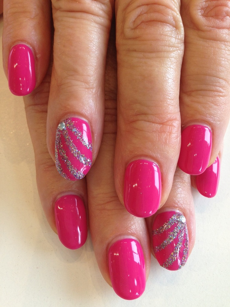 unghie-colorate-fucscia-anulare-decorato