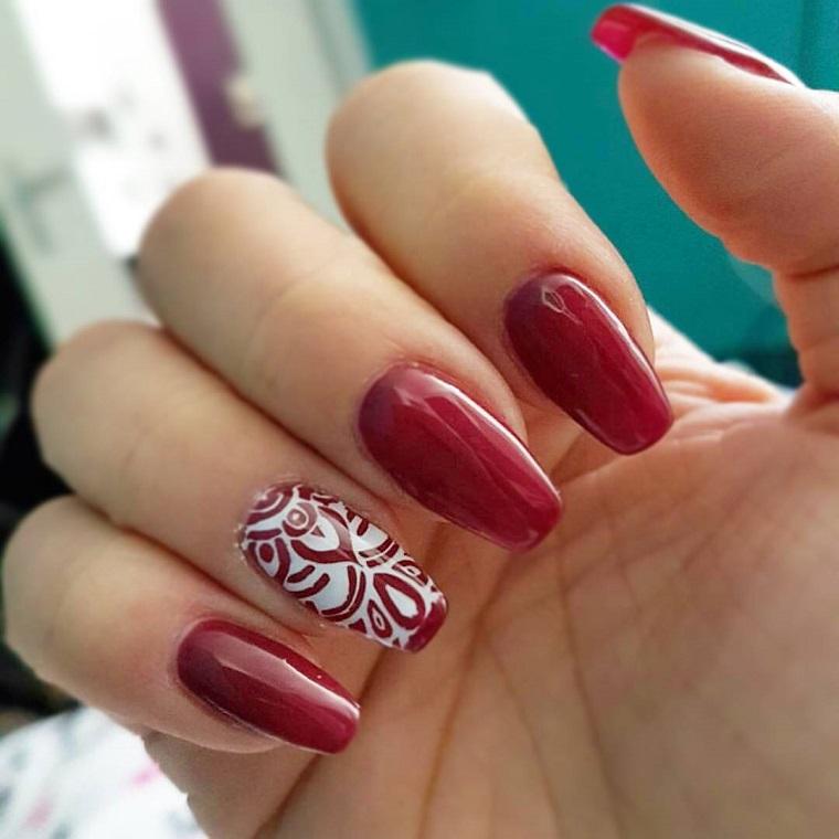 unghie-colorate-idea-rosso-anulare-decorato