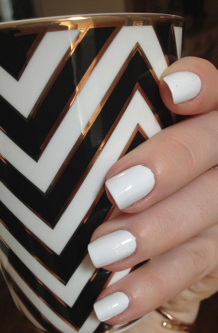 unghie-colorate-proposta-bianco-opaco