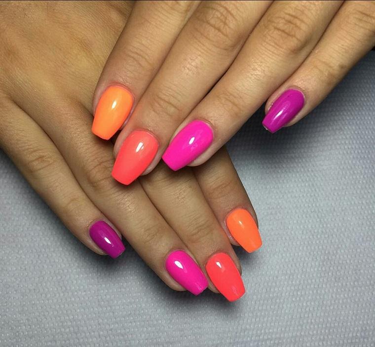 unghie colorate-toni-viola-arancio