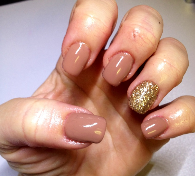 unghie-gel-nail-art-nude-anulare-gold