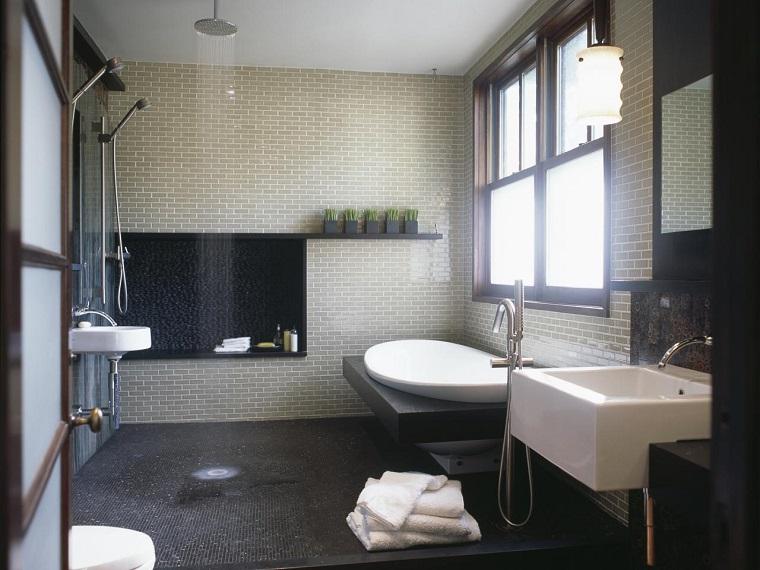 vasca-da-bagno-con-doccia-aperta