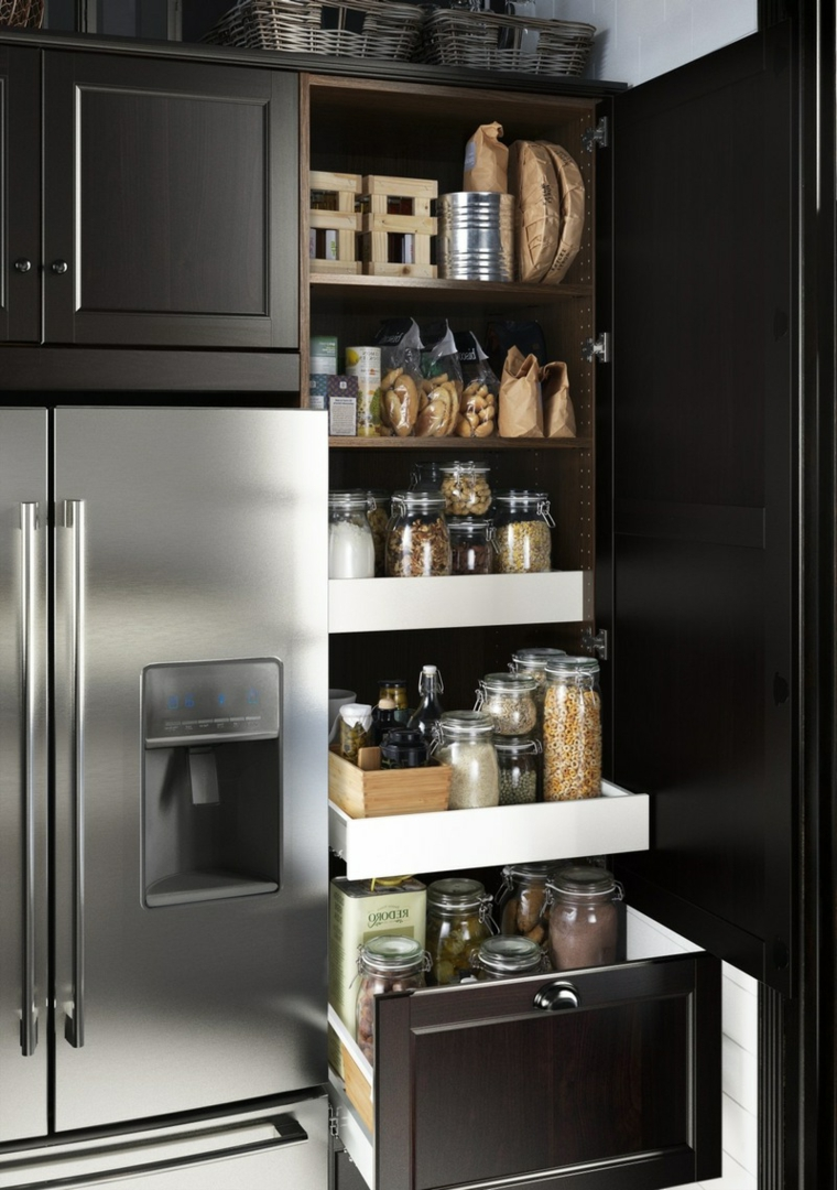 arredamento-cucina-idea-originale-storage-alimenti-frigorifero-acciaio-inox-tanti-ripiani