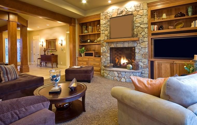 arredamento-rustico-camino-pietra-tavolino-legno-rotondo-librerire-parete-ambiente-caloroso