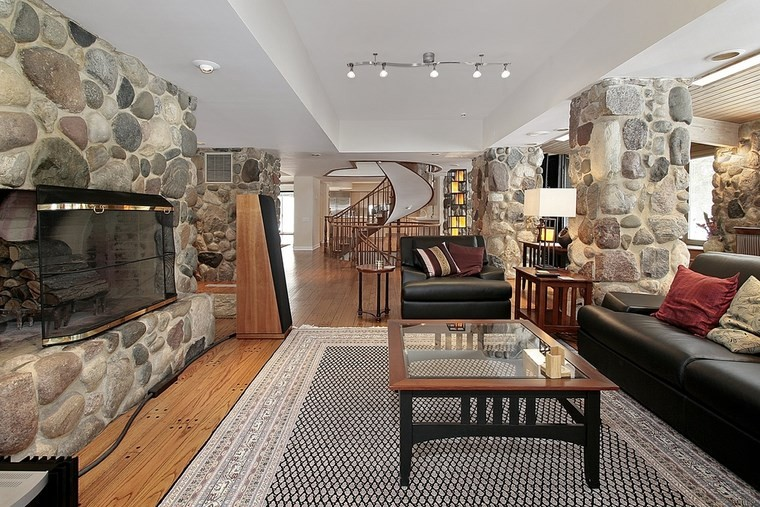 arredamento-rustico-moderno-soffitto-bianco-lampadario-design-camino-tappeto-divano-pelle