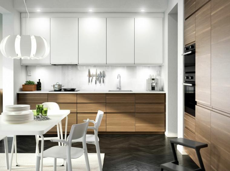 arredare-cucina-legno-lampadario-sospensione-legno-tavolo-bianco-sedie-illiminazione-nascosta