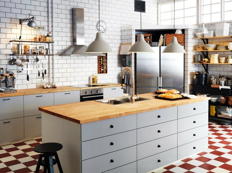 arredare-cucina-stile-tradizionale-top-legno-lampadari-sospensione-mensole-vista-parete-piatrelle-colore-bianco