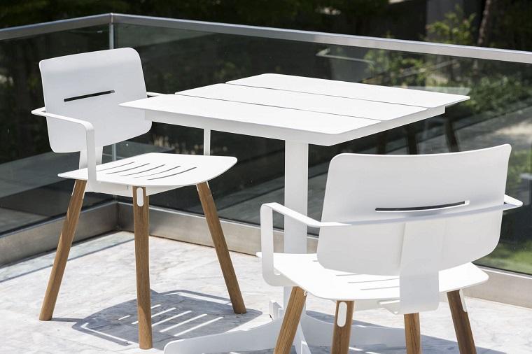 arredare-terrazzo-tavolo-sedie-bianche