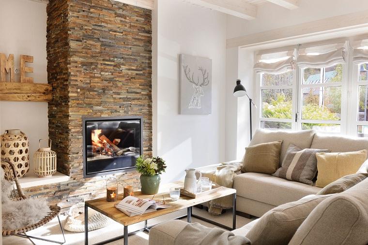 caminetti-in-pietra-tavolino-rettangolare-legno-divani-colore-chiaro-mensole-legno-decorazioni