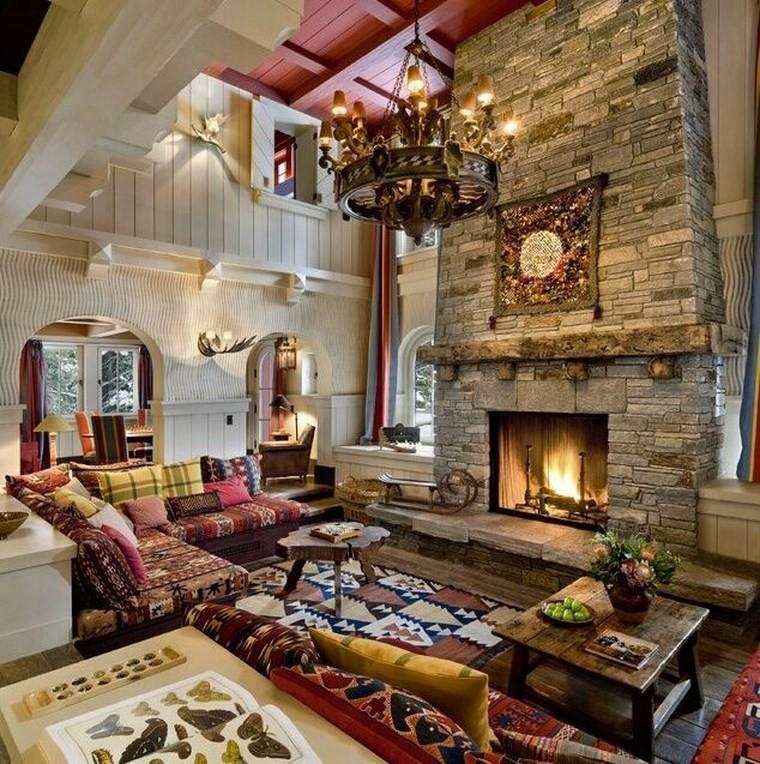 caminetti-rustici-pietra-lampadario-sospensione-divani-colorati-tavolino-legno
