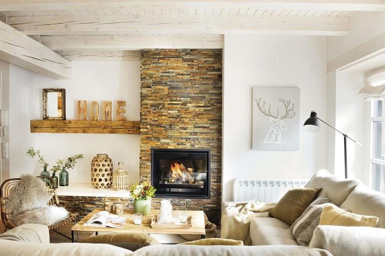 caminetti-rustici-pietra-mensola-legno-decorazioni-lampada-desing-industriale-divano-colore-chiaro