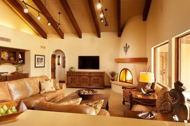 camini-in-muratura-soffitto-travi-vista-legno-divano-pelle-tante-decorazioni