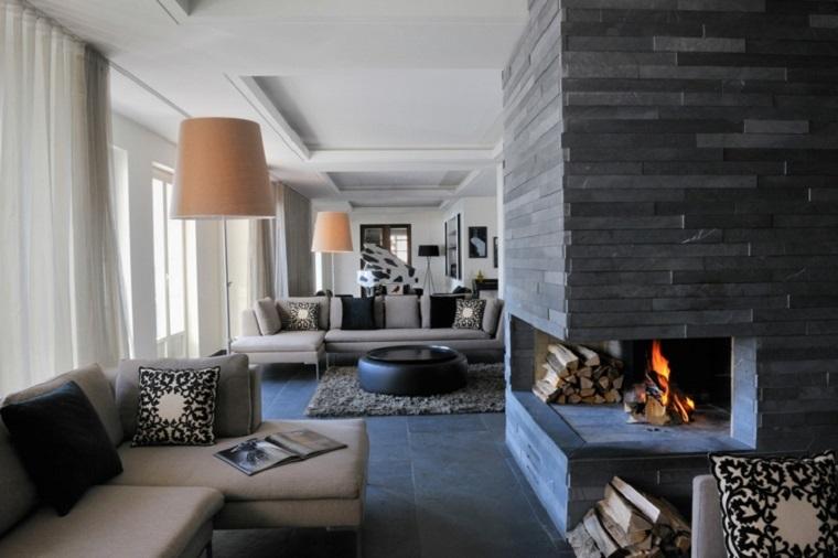 camini-rustici-angolo-rivestimento-moderno-divano-lampadario-beige-area-giorno-ampia