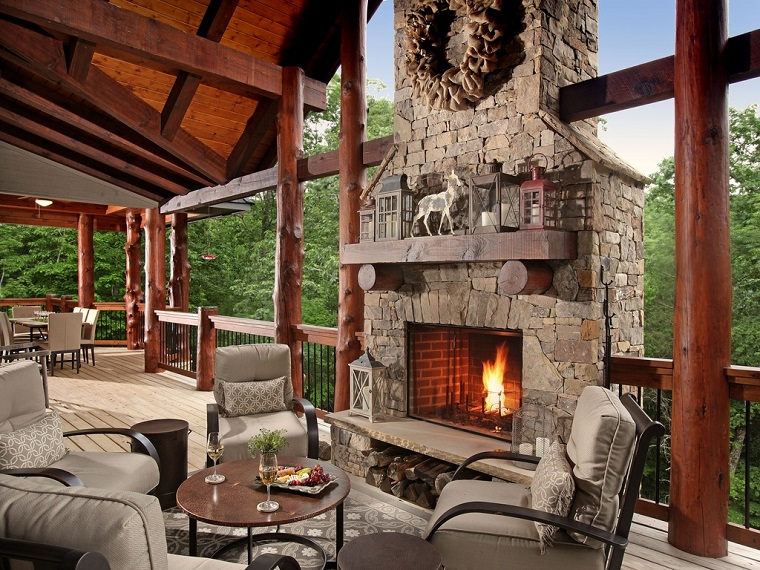 camini-rustici-idea-particolare-esterno-veranda-legno-mobili-cuscineria-colore-bianco