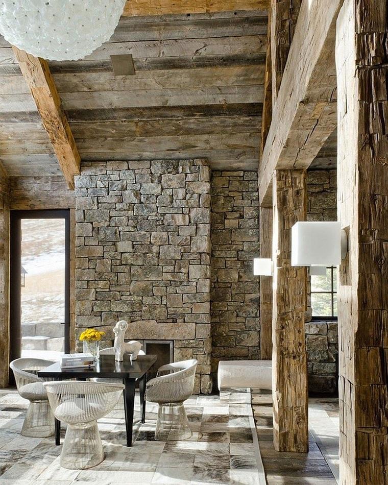 camino-in-pietra-soffitto-legno-travi-vista-mobili-soggiorno-design-moderno