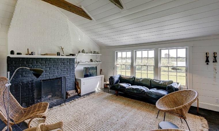 camino-rustico-idea-arredo-soggiorno-pietra-tappeto-soffitto-pendenza