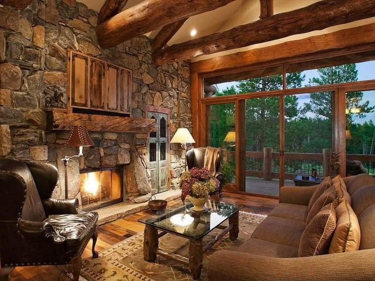 camino-rustico-pietra-tavolino-legno-poltrona-pelle-travi-soffitto-finestre