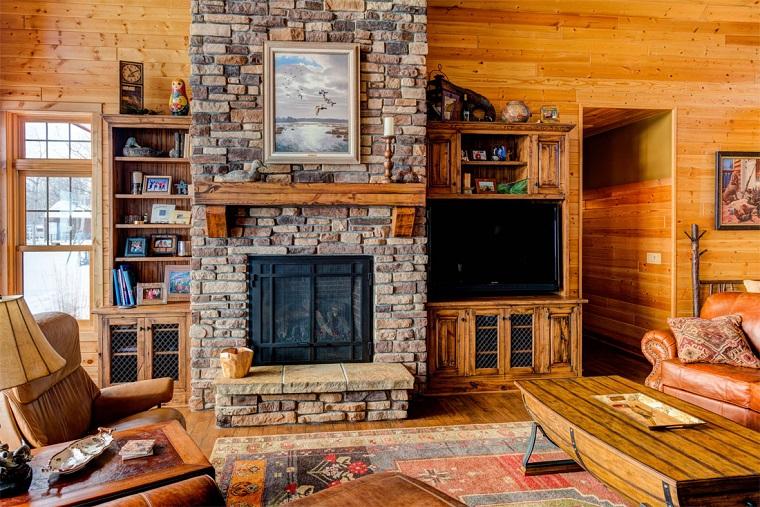 camino-rustico-pietra-tavolo-legno-divano-pelle- soggiorno-originale