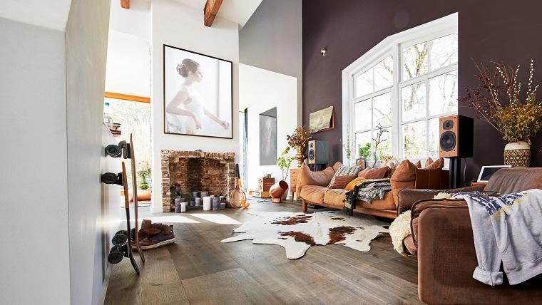 camino-rustico-stile-originale-divano-grande-finestra-soggiorno-arredamento