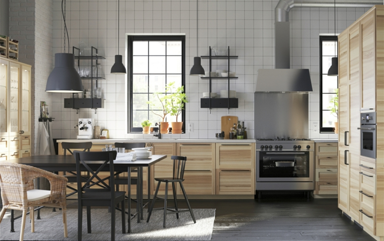 come-arredare-una-cucina-grande-mobili-legno-stile-industriale-finestre-bordo-nero-tavolo-rettangolare-sedie