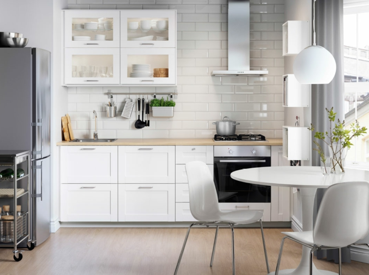 cucina-bianca-cappa-aspirante-acciaio-inox-lampadario-sospensione-frigo-freestanding-tavolo-rotondo
