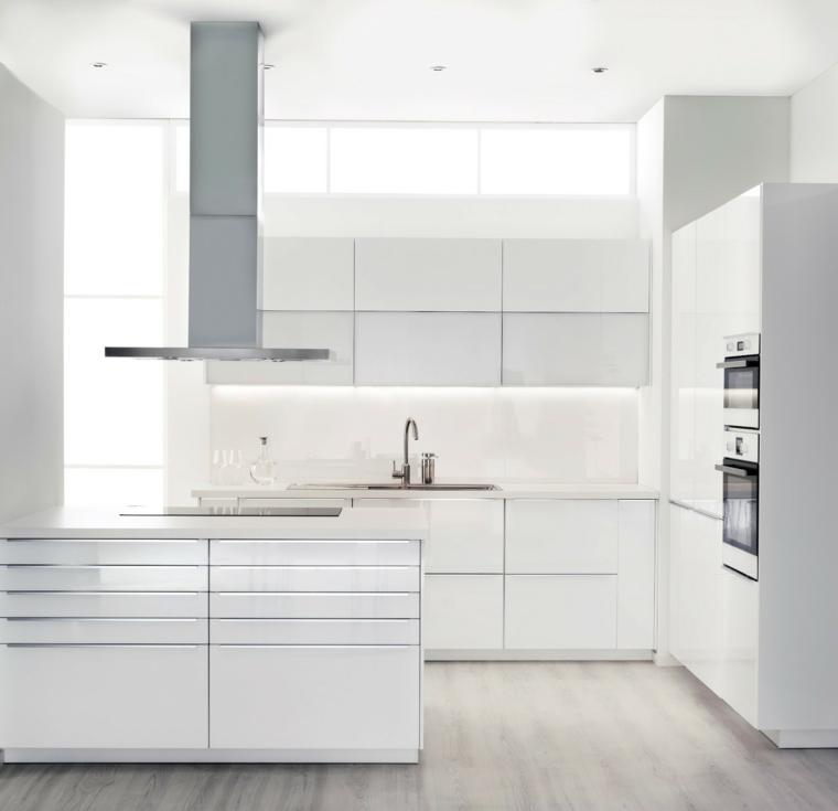 cucina-bianca-total-white-pavimento-legno-arredamento-stile-minimal-cappa-sospesa-isola