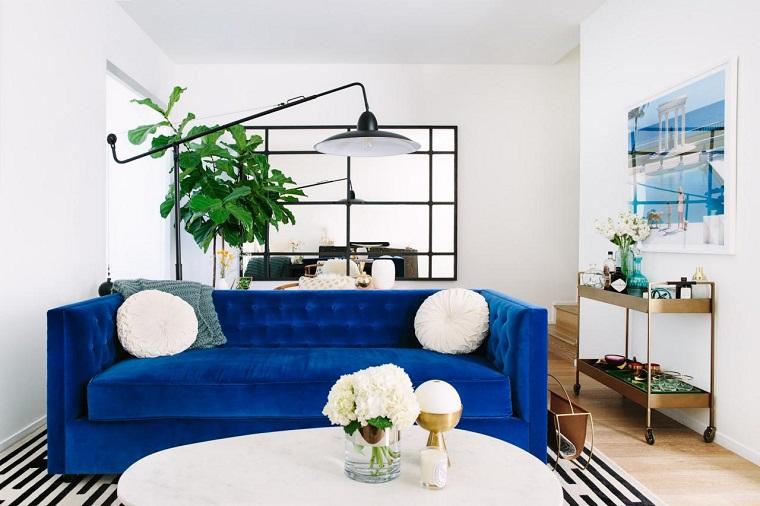 divano-blu-tono-acceso