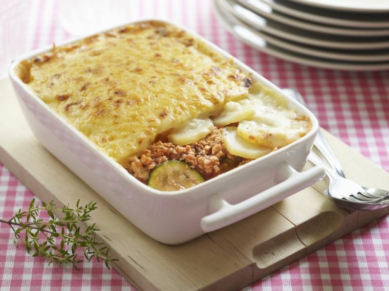 idee-primi-piatti-cucina-greca-patate-carne-macinata-ragu-teglia-bianca