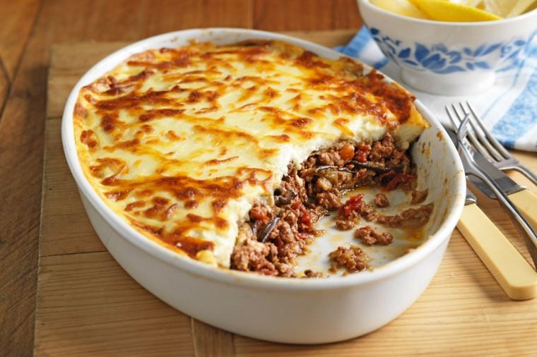 idee-primi-piatti-ricetta-originale-moussaka-greca-melanzane-presentazione-originale