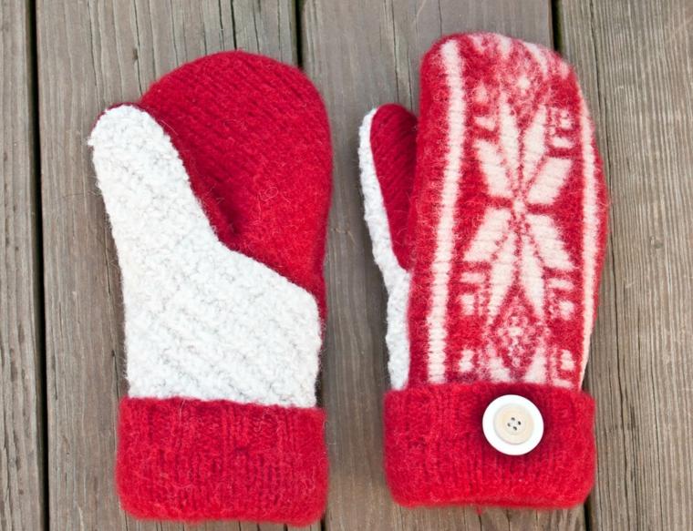 idee-regali-di-natale-proposta-calda-divertente-guanti-rossi-morivi-tipicamente-invernali-grande-bottone