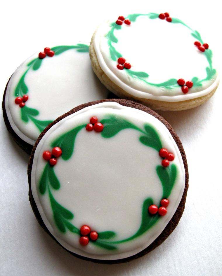 idee-regali-natale-biscotti-forma-rotonda-glassa-bianca-decorazioni-verdi-rosse-bacche-vischio